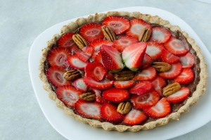 Whole wheat pie crust with banana-cocoa filling, strawberries and walnuts